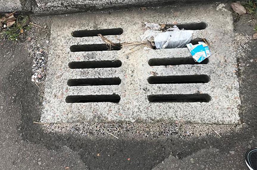 Sacola plástica em bueiro de Curitiba.